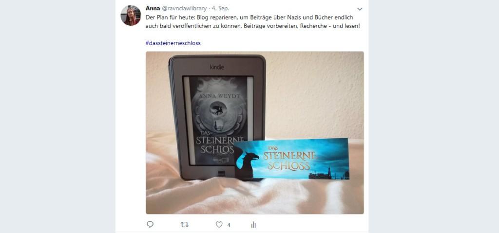 Tweet über das begeisternde Lesen des Buches, dabei ein Bild des E-Readers mit dem Buch und das passende Lesezeichen.