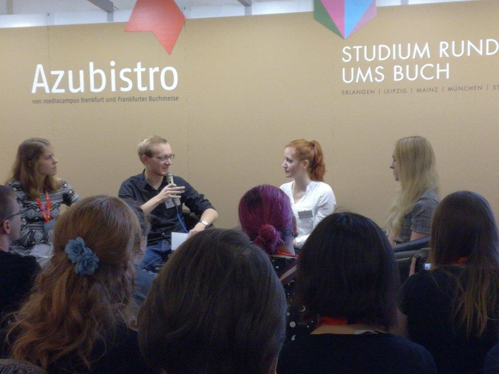 Bookstagram-Talkrunde mit den beiden genannten Personen und Moderation, vor Publikum.