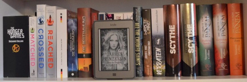 """Buch """"Die Jahresprinzessin"""" von Leni Wambach vor einem Bücherregal"""